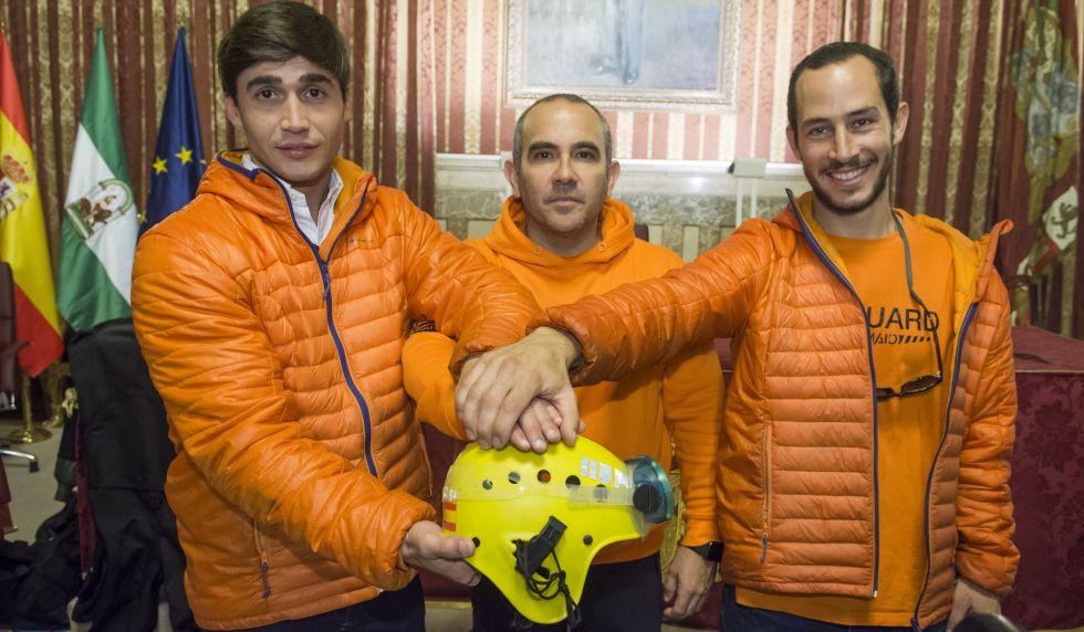 Los tres bomberos detenidos en Lesbos, este jueves en el Ayuntamiento de Sevilla.