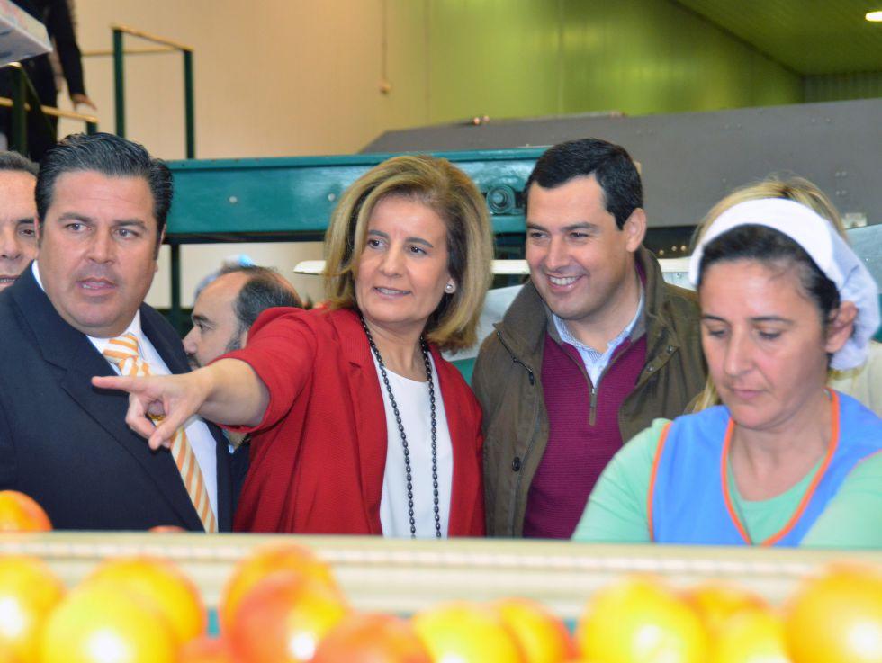 La ministra Fátima Báñez con el líder del PP andaluz, Juan Manuel Moreno, en Brenes (Sevilla).