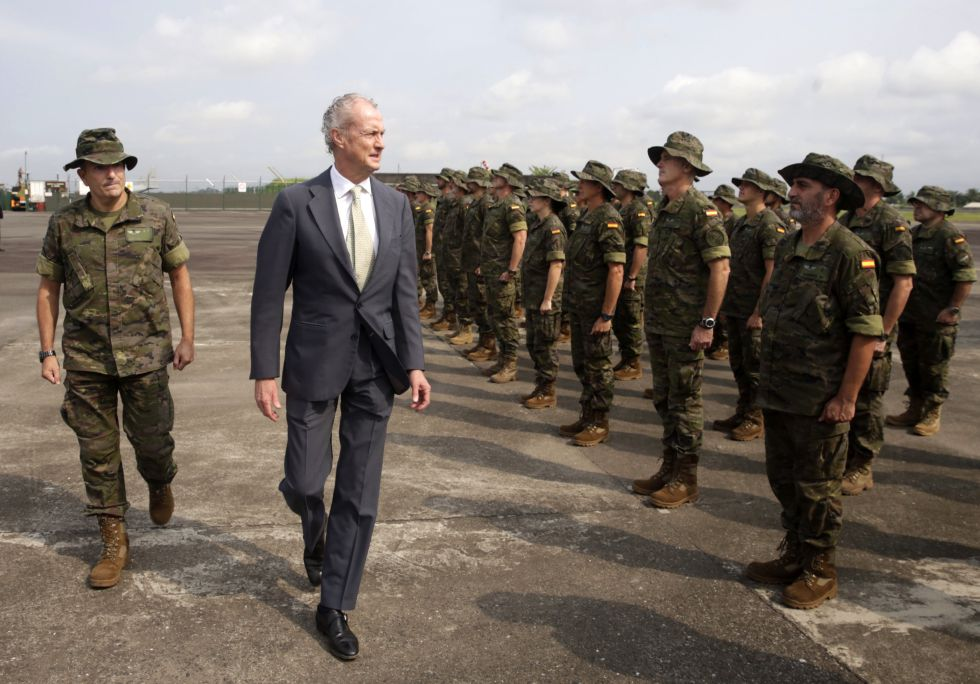 Morenés saluda a las tropas españolas destinadas en Gabón en 2015.