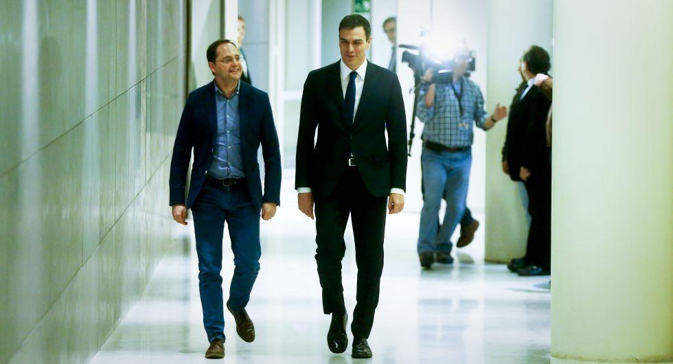 Pedro Sánchez y César Luena ayes en el Congreso.