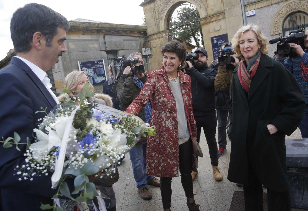 Eneko Goia, alcalde de San Sebastián, con un ramo de flores, saluda a María San Gil y Ana Iribar, viuda de Gregorio Ordóñez.