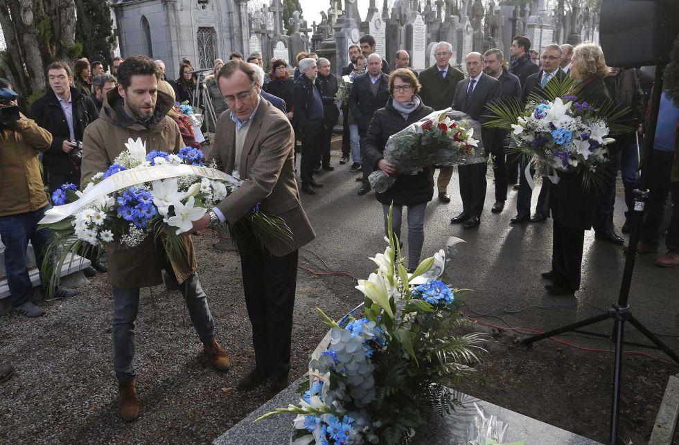 Alfonso Alonso y Borja Sémper depositan un ramo de flores en la tumba de Gregorio Ordóñez.