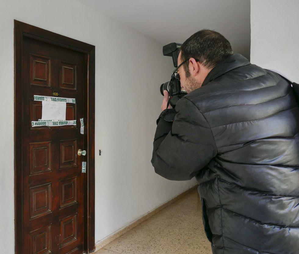 Puerta del apartamento, precintada por la Guardia Civil, donde fue asesinada la víctima inglesa de 49 años.