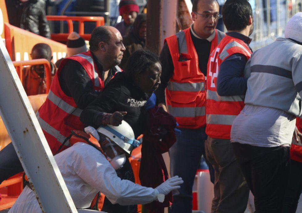 Una de las nueve mujeres rescatadas de la patera