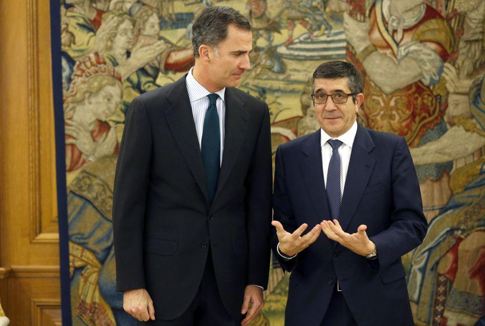 El rey Felipe VI (i), con el presidente del Congreso, Patxi López, el lunes.