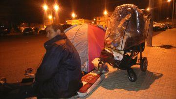 Un hombre acampa en la calle, junto a sus hijos, la noche del martes.
