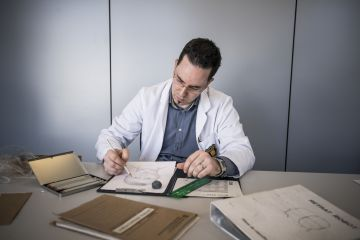 El cabo de los Mossos d'Esquadra David Miró realiza un retrato robot.