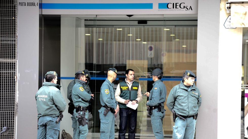 Guardias ante la sede de Ciegsa, empresa pública de la Generalitat que construye colegios.