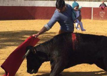 Los toreros se solidarizan con Fran Rivera con fotos toreando con sus hijos