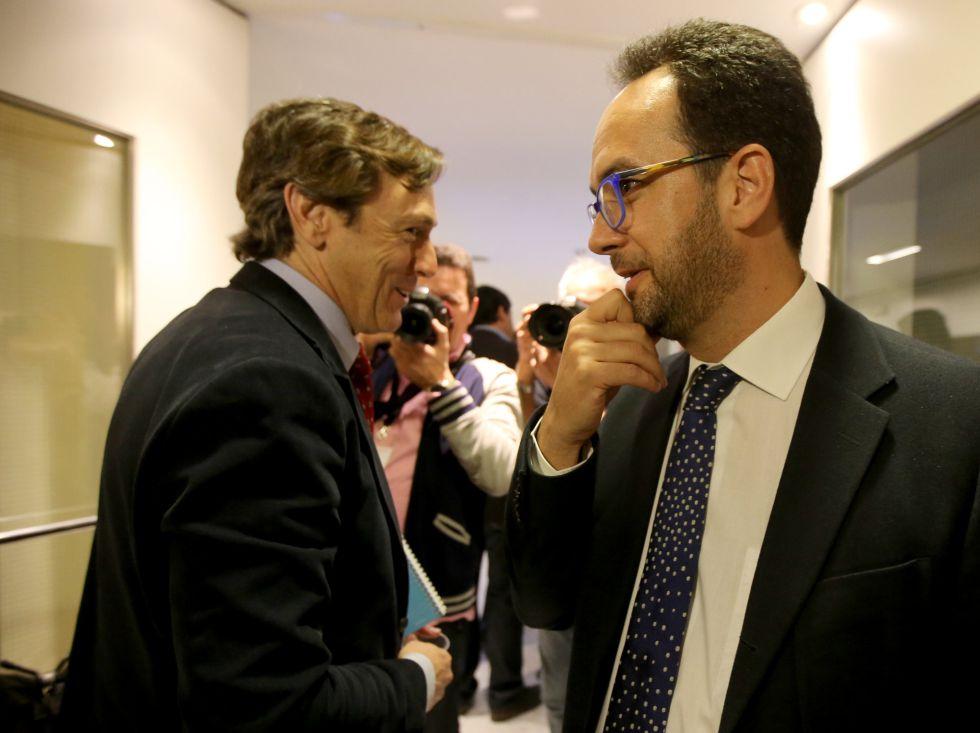 A la izquierda, Rafael Hernando, portavoz del PP, y Antonio Hernando, del PSOE, el martes en el Congreso.