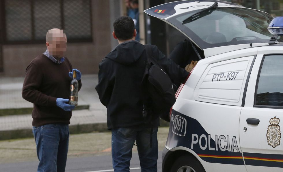 Agentes de policía tras registrar la vivienda de Avilés en la que se ha detenido a un hombre por matar supuestamente a su mujer.