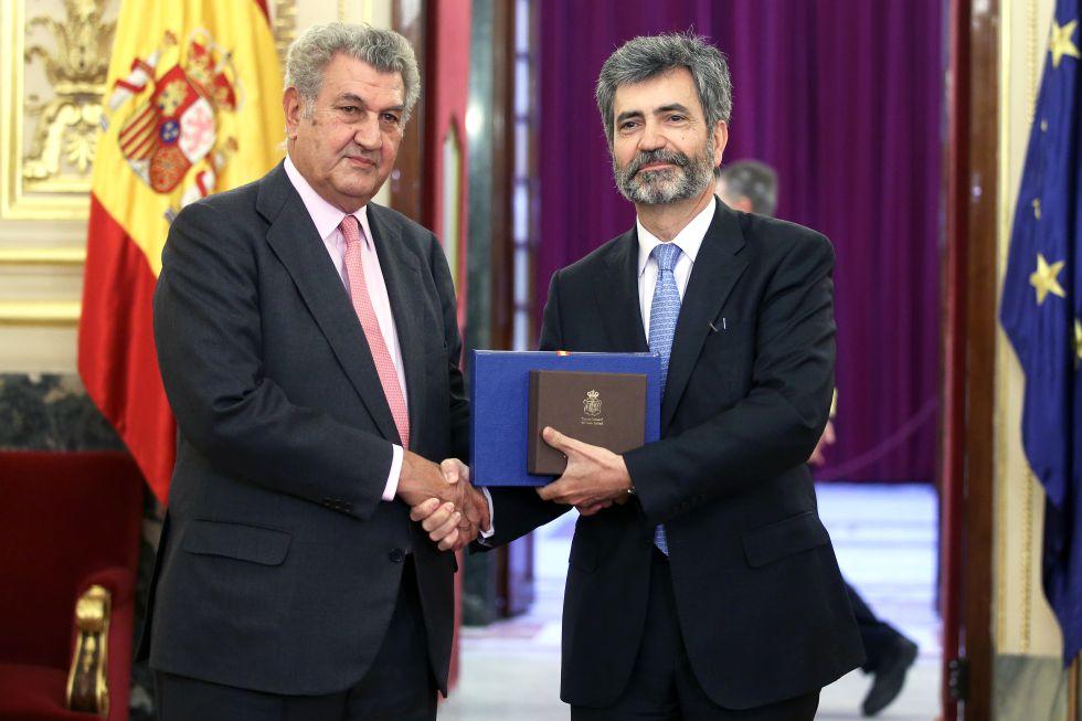 Carlos Lesmes entrega a Jesús Posada las memorias anuales del Consejo General del Poder Judicial y del Tribunal Supremo