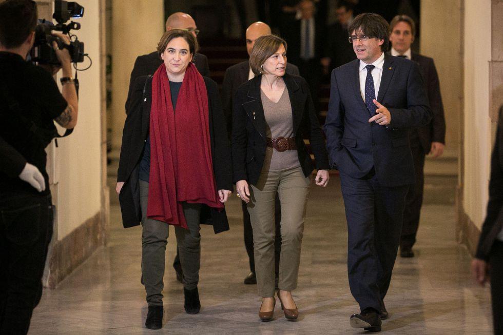 Ada Colau (i), la presidenta del parlament, Carme Forcadell, y Carles Puigdemont llegan al acto en memoria de las víctimas del Holocausto este miércoles.