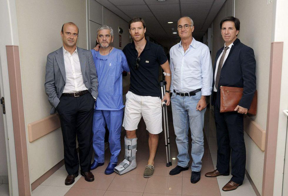 Los doctores Mariano de Prado y Pedro Ripoll junto al futbolista Xabi Alonso