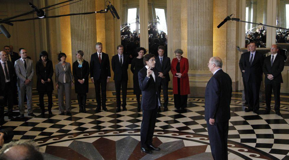 El socialdemócrata Elio di Rupo toma posesión como primer ministro de Bélgica el 6 de diciembre de 2011, tras 541 días sin Gobierno.