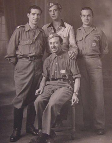 De izquierda a derecha: los comandantes Royo, Robert, un compañero no identificado y Mateo (sentado).