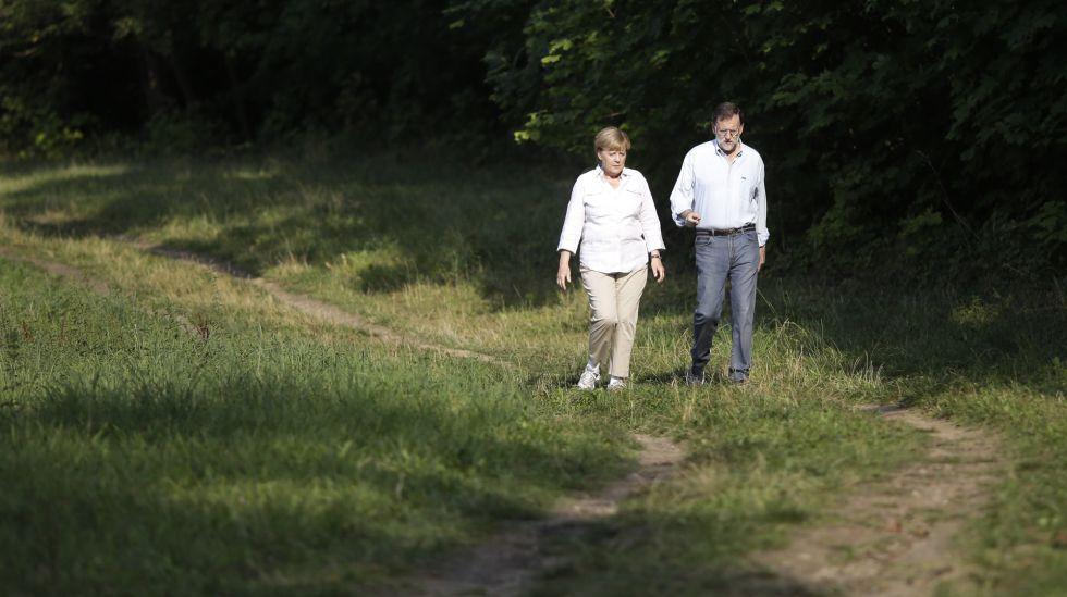 Angel Merkel y Mariano Rajoy pasean por Meseberg (Alemania)