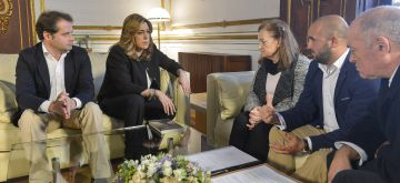 La presidenta de la Junta de Andalucía, Susana Díaz, con la familia de Maloma Morales y el alcalde de Mairena, Antonio Conde.