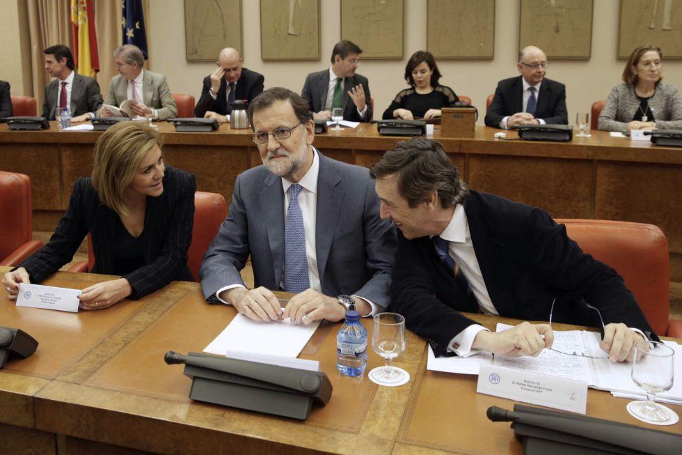 Mariano Rajoy, junto a la secretaria general del PP, María Dolores de Cospedal, y el portavoz del partido en el Congreso, Rafael Hernando.