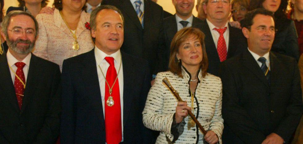 Los exalcaldes Pilar Sánchez y Pedro Pacheco (corbata roja), en 2005.