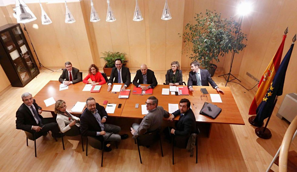 Primera reunión entre los representantes de Ciudadanos (en primer plano) con los del PSOE.rn