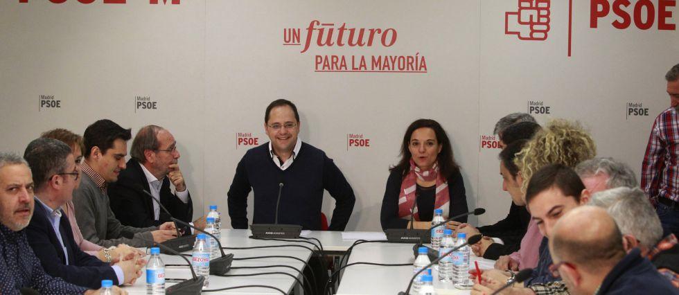 El secretario de organización del PSOE, César Luena, y la secretaria de general del PSOE de Madrid, Sara Hernández, con alcaldes  de la Comunidad