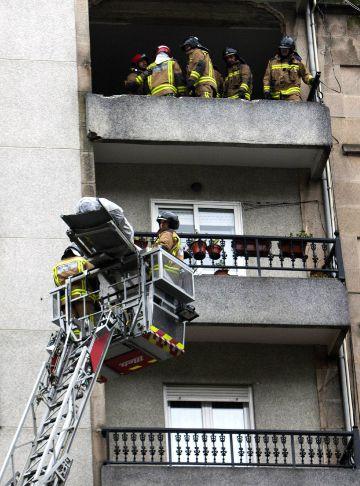 Los bomberos extraen el cuerpo de la persona fallecida en la explosión ocurrida en un edificio de Vigo.
