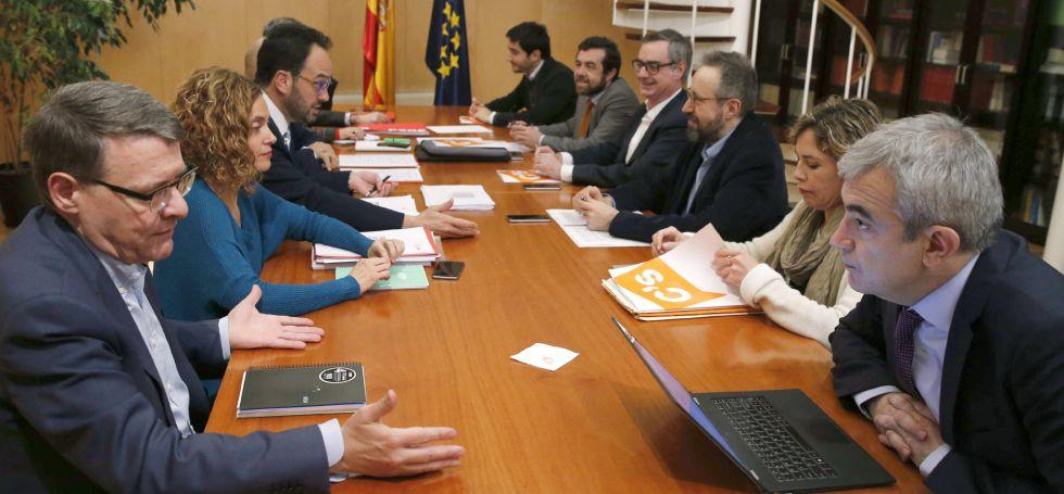 En primer plano, Jordi Sevilla y Luis Garicano durante las negociaciones.