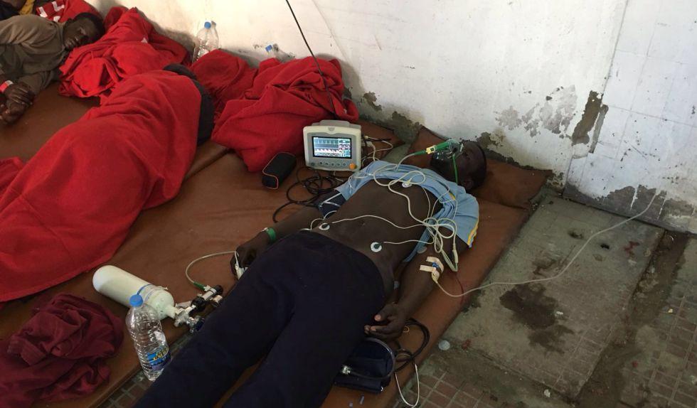 Los pacientes pasaron horas tendidos en el suelo de una cochera de la comisaría de Maspalomas.
