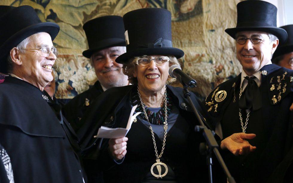 La alcadesa de Madrid, Manuela Carmena, tras ser nombrada cofrade de honor este miércoles en la Real Casa de la Panadería, en Madrid.