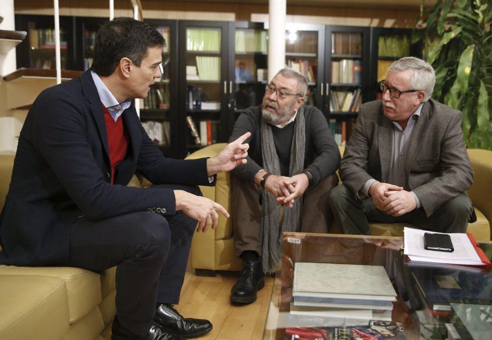 Pedro Sánchez con los líderes sindicales este jueves.