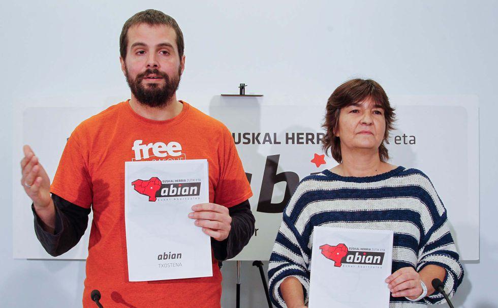 Igor Arroyo y Marije Fullaondo en la sede de Sortu en San Sebastián