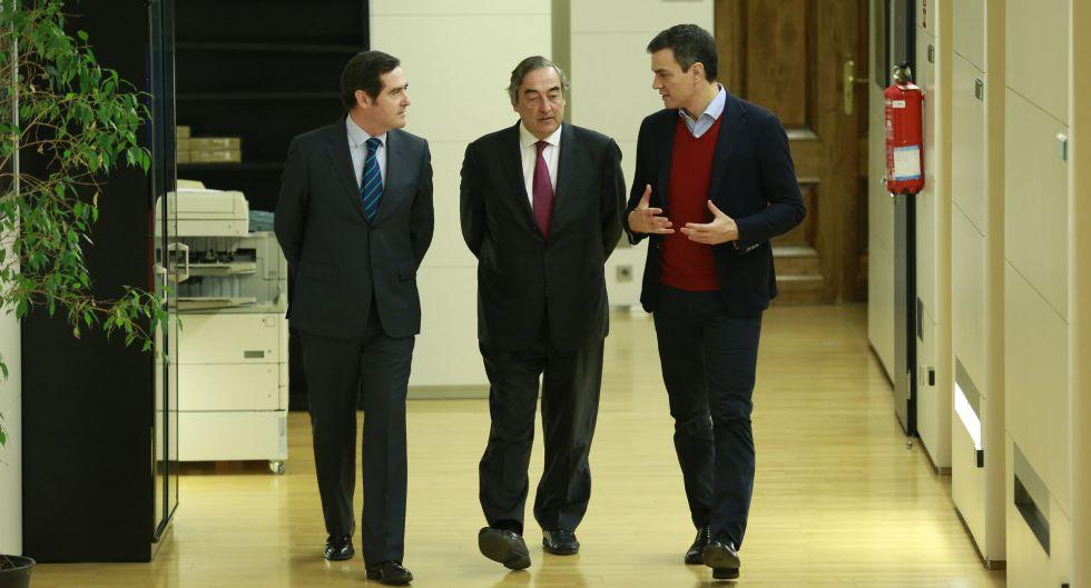 Pedro Sánchez, secretario general del PSOE, se reúne en el Congreso con Juan Rosell, de CEOE, y Antonio Garamendi, de CEPYME.