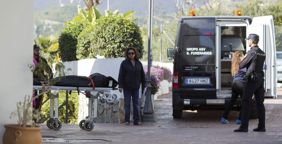 Los servicios funerarios trasladan los cadáveres hallados en Estepona.