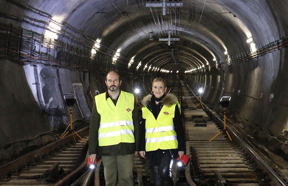 La presidenta de la Comunidad, Cristina Cifuentes, en un túnel de la Línea 1 de metro en la que se acometerán obras, este viernes.