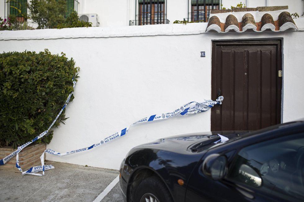Vivienda precintada en Fuengirola tras la muerte de una mujer.
