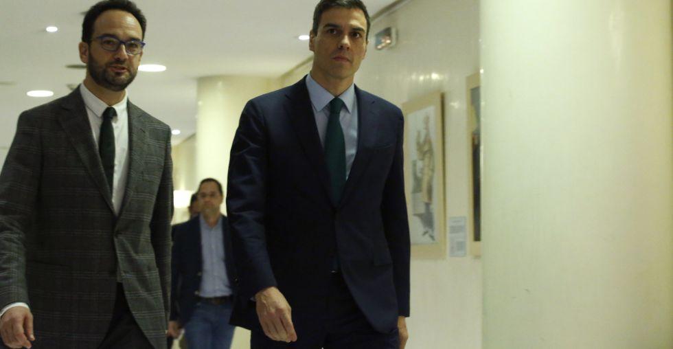 Pedro Sánchez con el jefe de su equipo negociador, Antonio Hernando, este viernes en el Congreso
