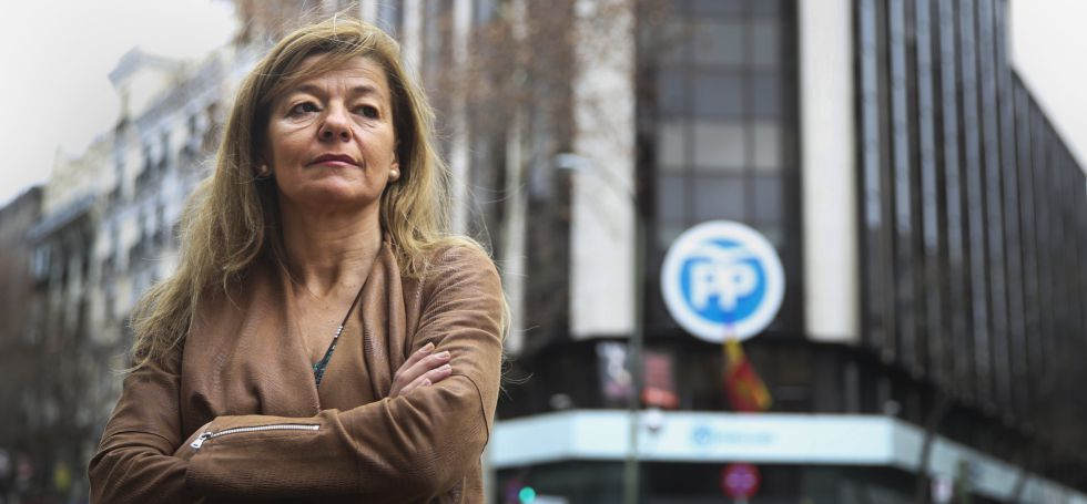 Ana Garrido, exempleada del Ayuntamiento de Boadilla, este sábado frente a la sede del PP en la madrileña calle de Génova.