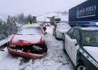 La nieve atrapa en Galicia a cientos de coches en la carretera