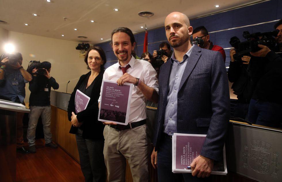 Pablo Iglesias (c), Nacho Álvarez y Carolina Bescansa presentan el programa.