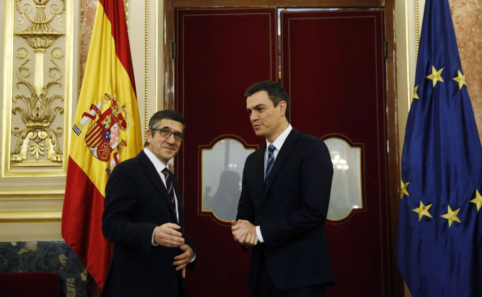 El líder socialista, Pedro Sánchez, con el presidente del Congreso, Patxi López, este lunes.