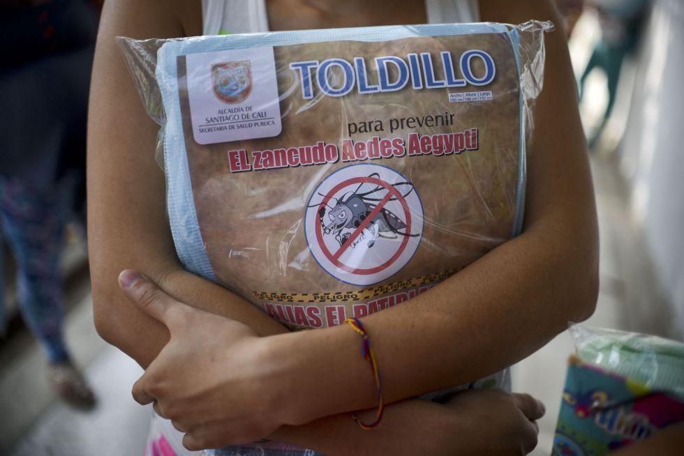 Una embarazada sujeta una mosquitera en Cali (Colombia), la semana pasada.