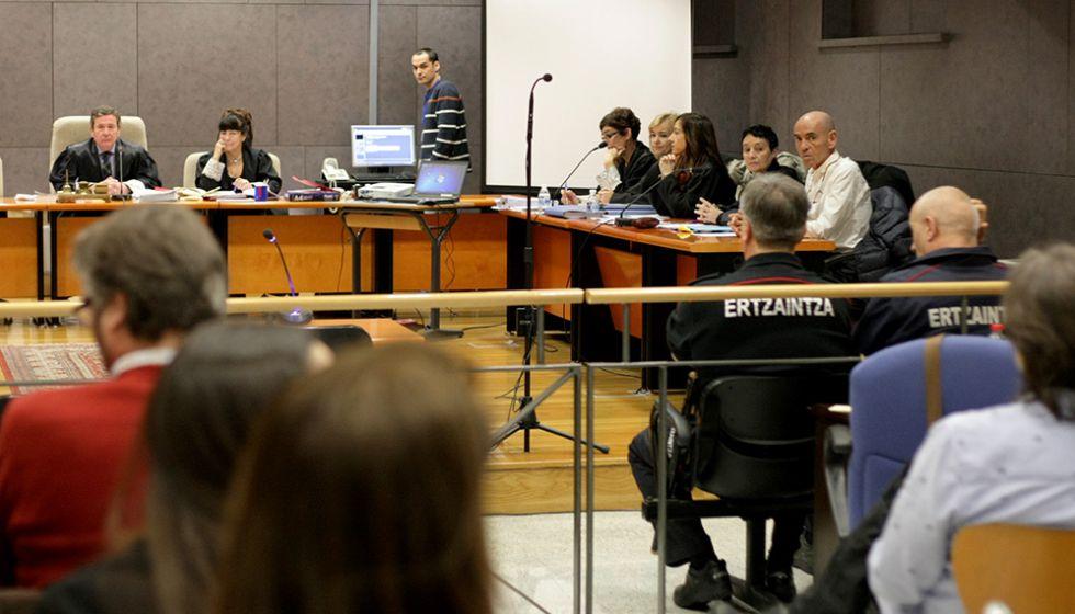 Sala de vistas en la Audiencia de Bizkaia con Jon Ezkurdia y su abogada, a la derecha.