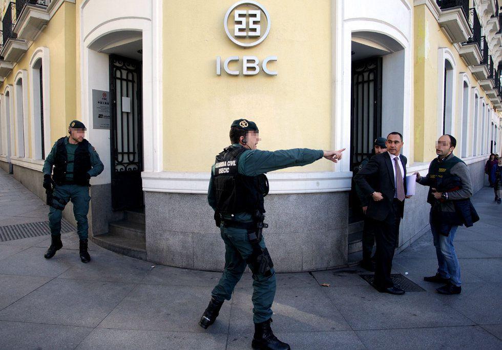 Agentes de la Guardia Civil durante el registro este miércoles de la sede del banco chino ICBC en Madrid.