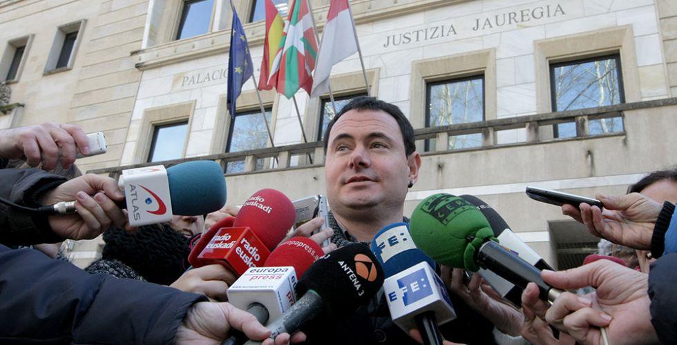 El presidente de Sortu, Hasier Arraiz, ante la sede del tribunal, este miércoles.