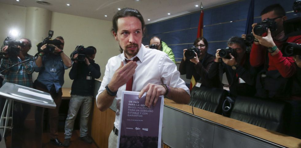 El líder de Podemos, Pablo Iglesias, con su programa, el lunes.