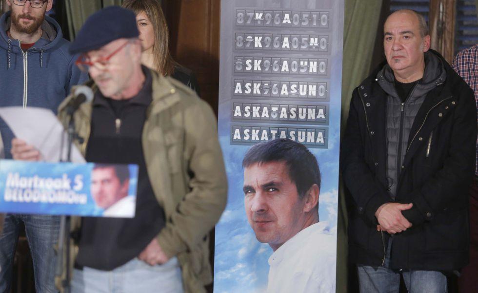 Martin Garitano, ex diputado general de Gipuzkoa, junto al cartel que anuncia el homenaje.