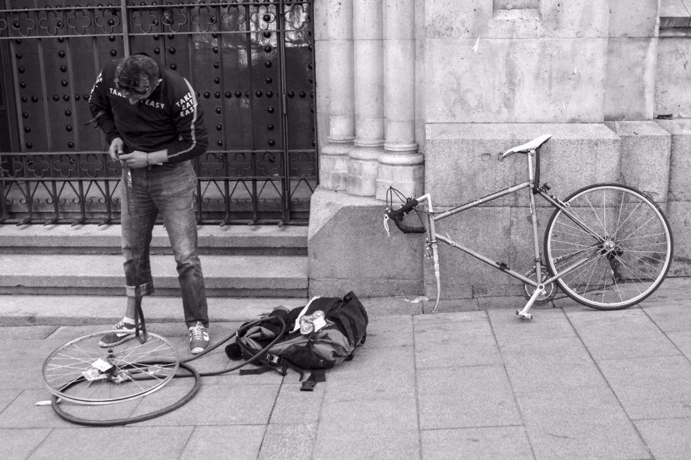 Juan Gabriel de la Rosa con su bicicleta en Madrid.