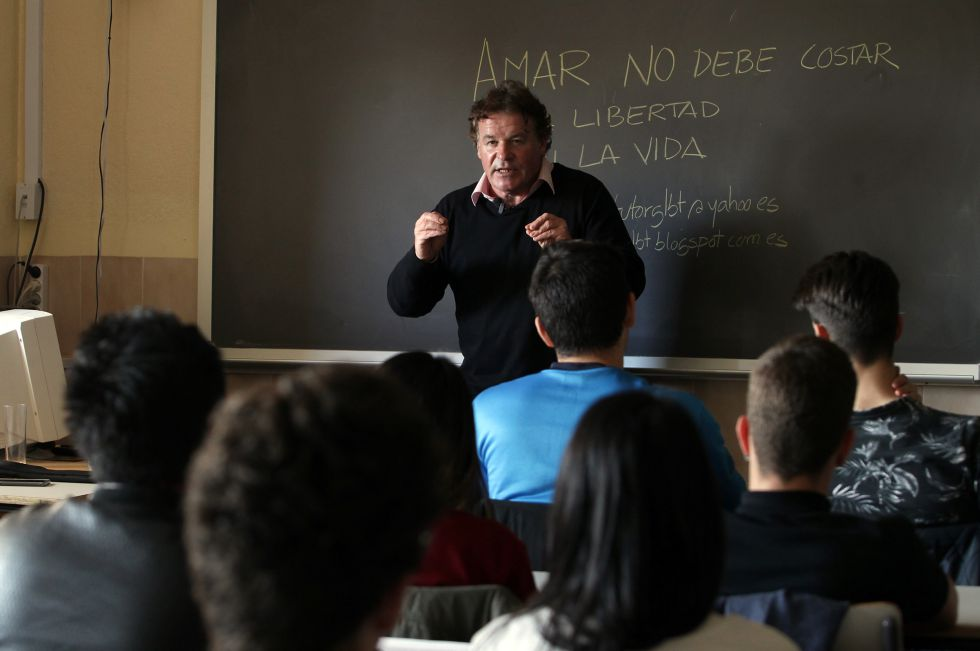Joaquín Álvarez da una charla sobre homofobia en el instituto Renacimiento de Madrid.