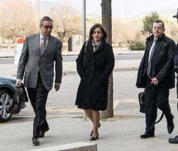 Diego Torres (i.), su esposa, Ana Tejeiro y el abogado González Peeters.